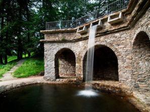 Grotta - umělá jeskyně s vodopádem - foto archiv obec Loučná nad Desnou