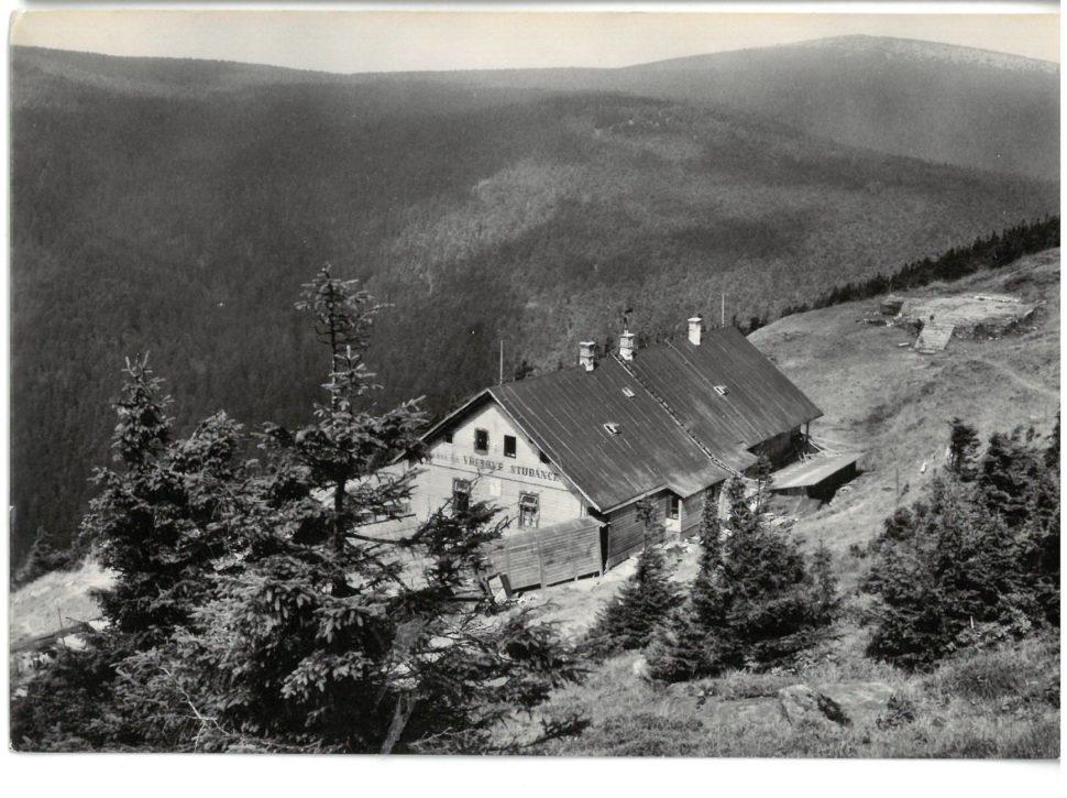 Chata na Vřesové studánce, vpravo základy vyhořelé kapličky, r. 1962
