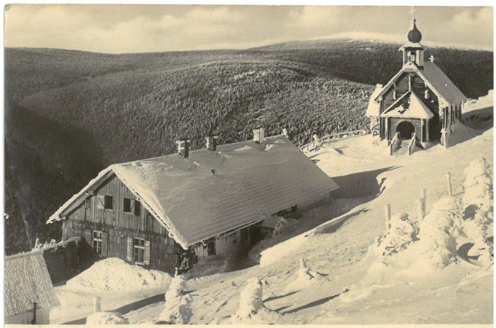 Vřesová studánka, pohled odeslán r. 1955 (foto starší - kaple vyhořela v roce 1946)