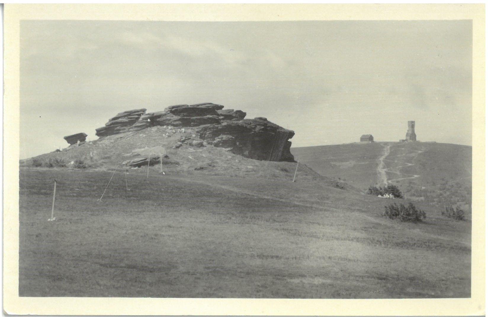 Petrovy kameny, v pozadí Praděd se starou kamennou rozhlednou