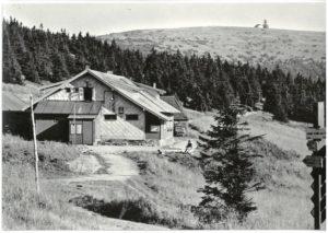 Chata Švýcárna, r. 1969, vpozadí provizorní vysílač navrcholu Pradědu