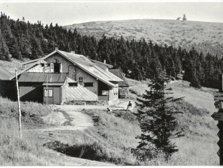 Chata Švýcárna, r. 1969, v pozadí provizorní vysílač na vrcholu Pradědu